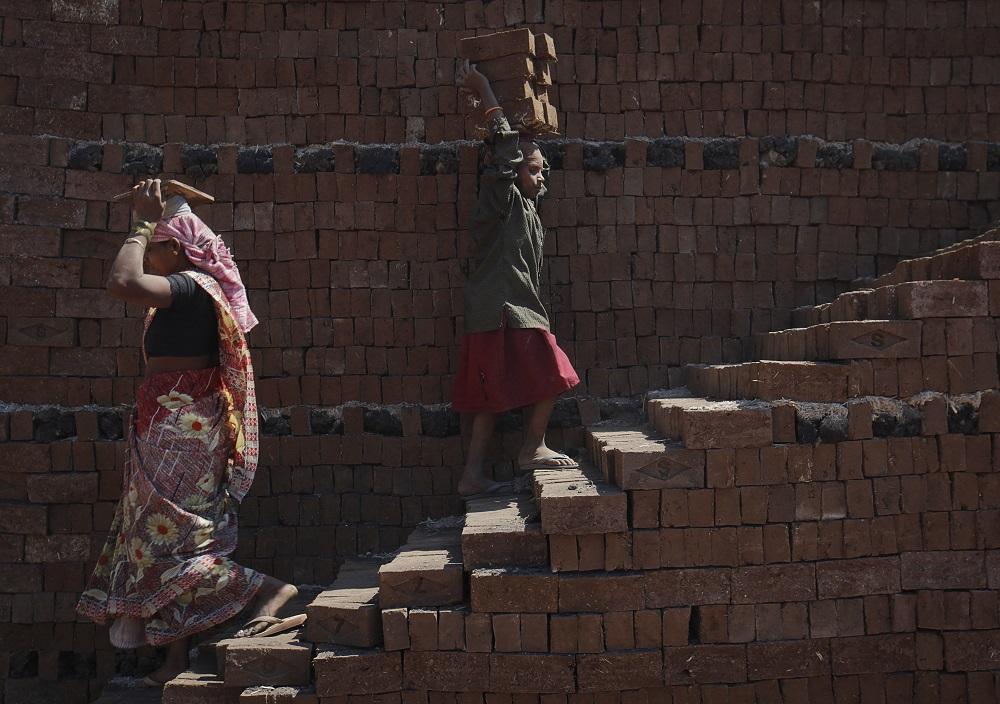 Die Gesetze sehen eine Reihe von Arbeitnehmerrechten vor, wie z. B. Gesundheitschecks, Hausbesuche, Nothilfe und schriftliche Bedingungen.  - Reuters Bild