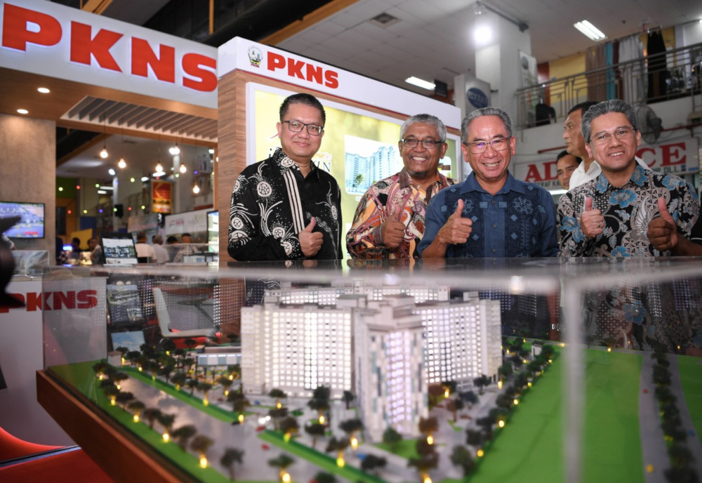 PKNS chief executive officer Datuk Mohd Azizi Mohd Zain (2nd right) at the PKNS property expo series 2/2019 taking place at Kompleks PKNS, Shah Alam July 27, 2019. — Bernama pic