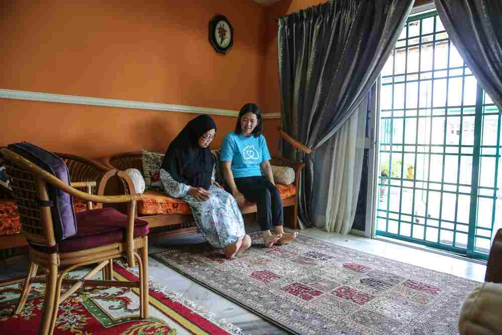 Yap doing exercises with a CR in the living room. — Picture by Yusof Mat Isa