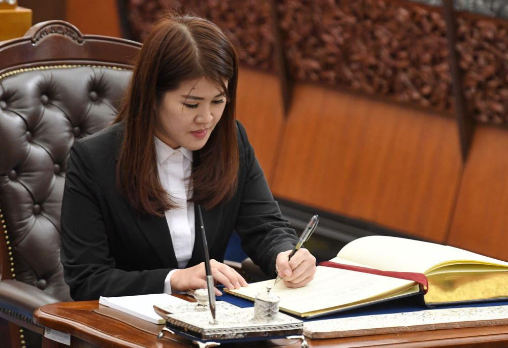 Vivian Wong Shir Yee is sworn in as the Member of Parliament for Sandakan in Kuala Lumpur July 1, 2019. — Bernama pic