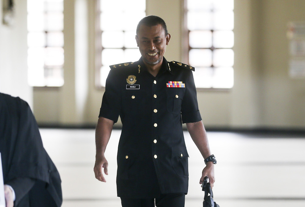 Malaysian Anti-Corruption Commission investigating officer Senior Assistant Commissioner Rosli Hussain is pictured at the Kuala Lumpur High Court August 8, 2019. — Picture by Firdaus Latif
