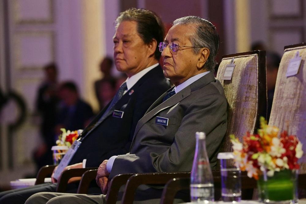 马哈迪(右)证实,政府考虑再次在日本发行武士债券。-Ahmad Zamzahuri摄-