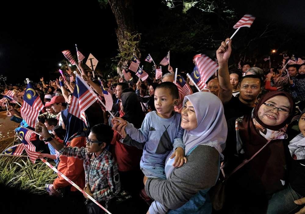 People wave flags as they countdown to Merdeka Day at Lake Front Taman Tasik Taiping August 30, 2019. — Bernama pic