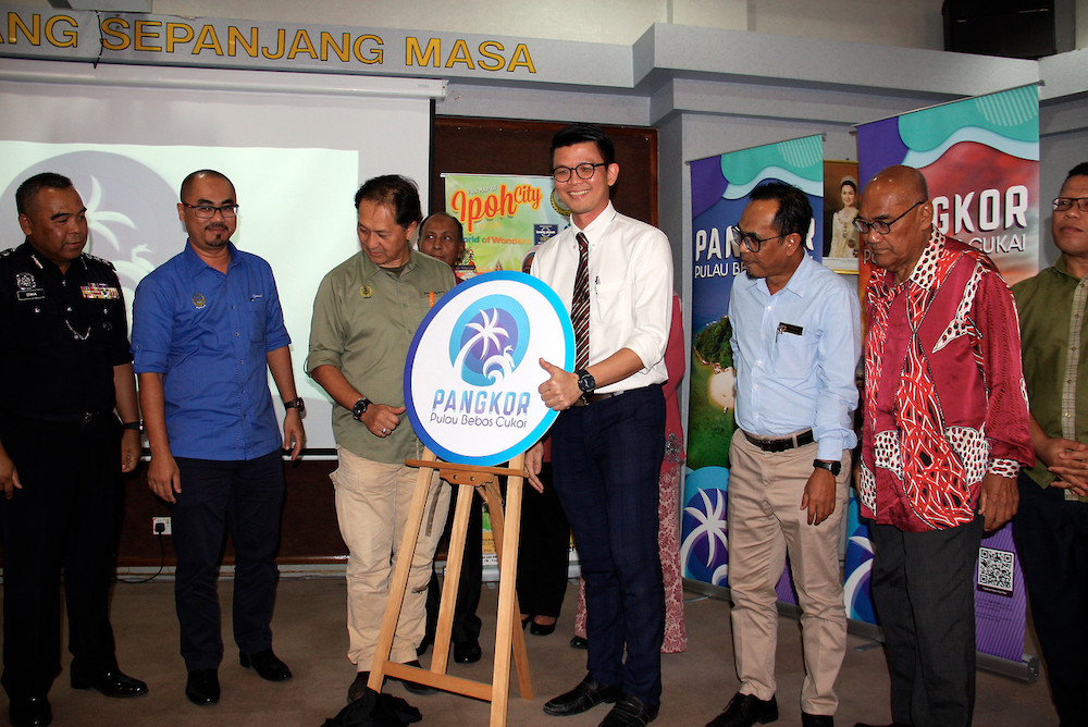 State Tourism, Arts and Culture Committee chairman Tan Kar Hing (third right) and State Secretary Zainal Azman Abu Seman (third left) at the launch in Taiping August 29, 2019. — Bernama pic