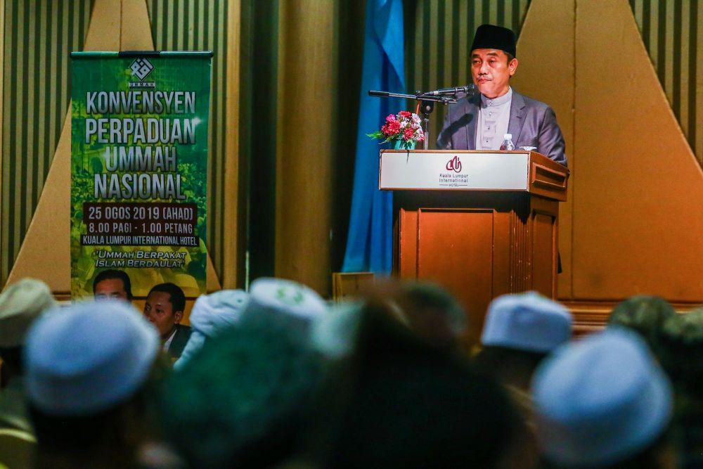 Gerakan Pembela Ummah chairman Aminuddin Yahya delivers his speech during the Ummah National Unity Convention at the Kuala Lumpur International Hotel August 25, 2019. — Picture by Hari Anggara