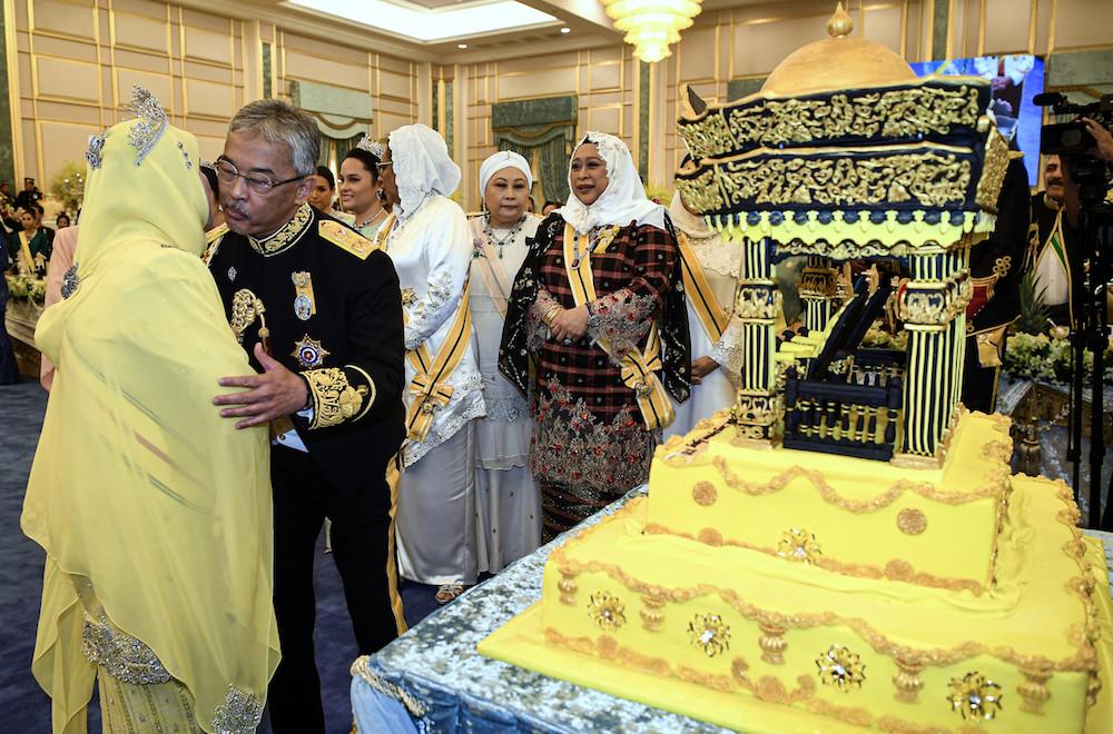 Yang di-Pertuan Agong Al-Sultan Abdullah Ri'ayatuddin Al-Mustafa Billah Shah kisses Raja Permaisuri Agong Tunku Hajah Azizah Aminah Maimunah Iskandariah on the cheek at Istana Negara in Kuala Lumpur July 31, 2019. — Bernama