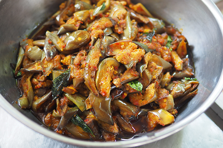 Select this delicious eggplant with curry leaves for your meal