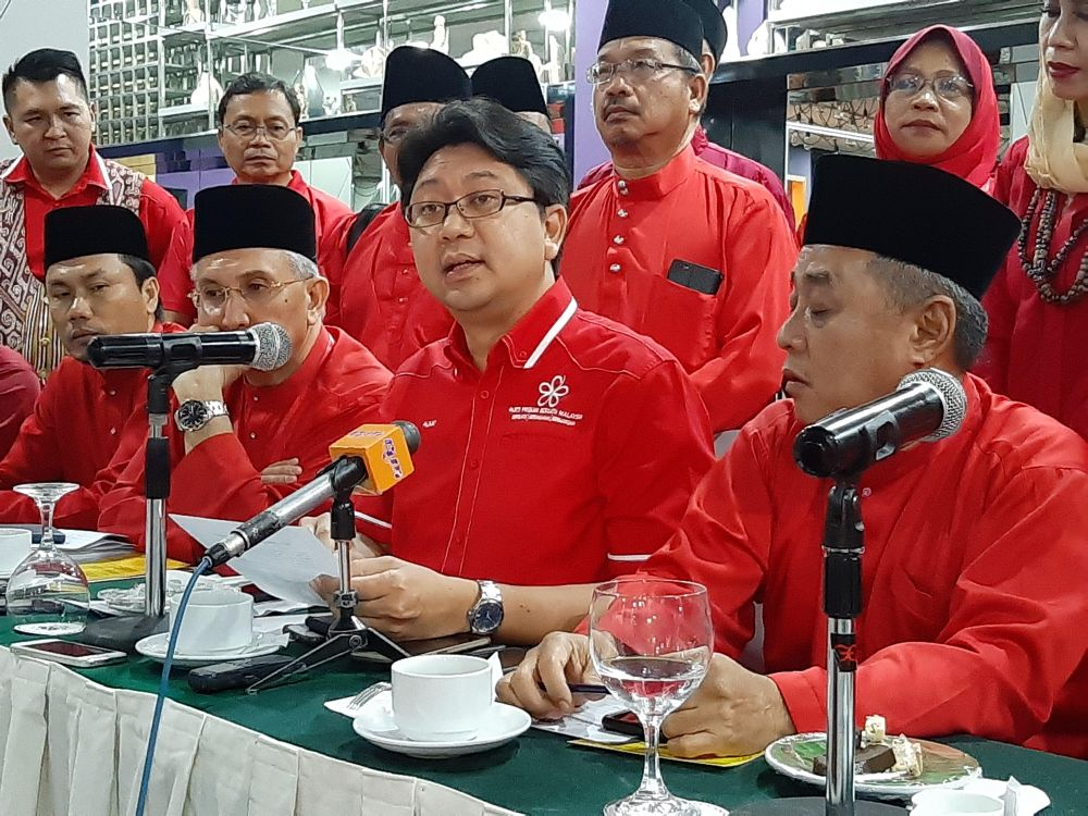 Bersatu's Sarawak chapter interim secretary Jaziri Alkaf Suffian (centre) is seen in this file picture. — Picture by Sulok Tawie