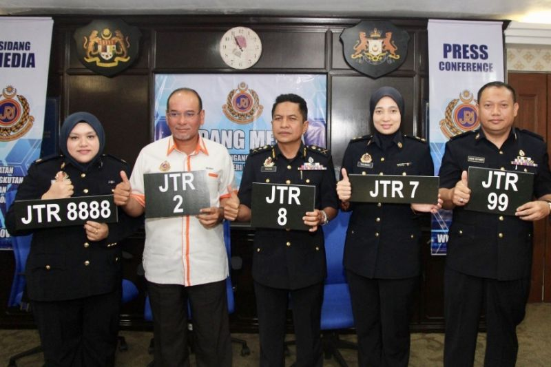 Johor RTD director Razali Wagiman (centre) with the special numbers from the state's 'JTR' series that can be bid through the newly introduced electronic vehicle number plate bidding system. — Picture by Ben Tan