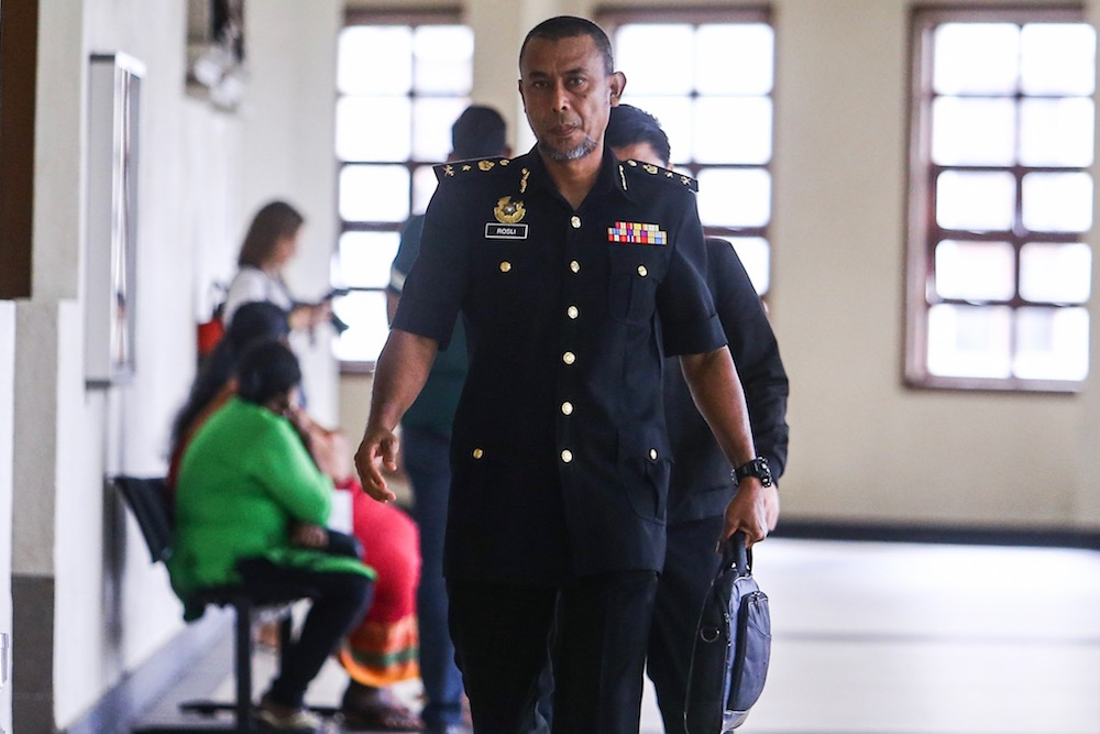 MACC Senior Assistant Commissioner of the Special Operations Division Rosli Husain arrives at the Kuala Lumpur Courts Complex August 27, 2019. — Picture by Hari Anggara