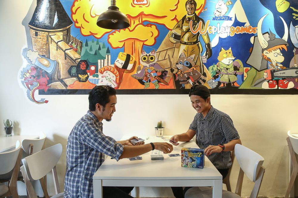 Zamri Mustapha (right) and Haireey Hashnan play a game of 'Drama Pukul 7' at WePlayGames cafe in Cyberjaya August 8, 2019.— Picture by Yusof Mat Isa