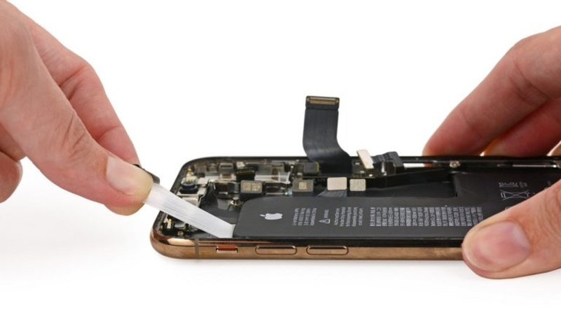 If you replace a battery on an iPhone XS, XS Max or iPhone XR, you won't be able to view your battery health info if it's done at a non-Apple authorised service provider. ― Picture via SoyaCincau