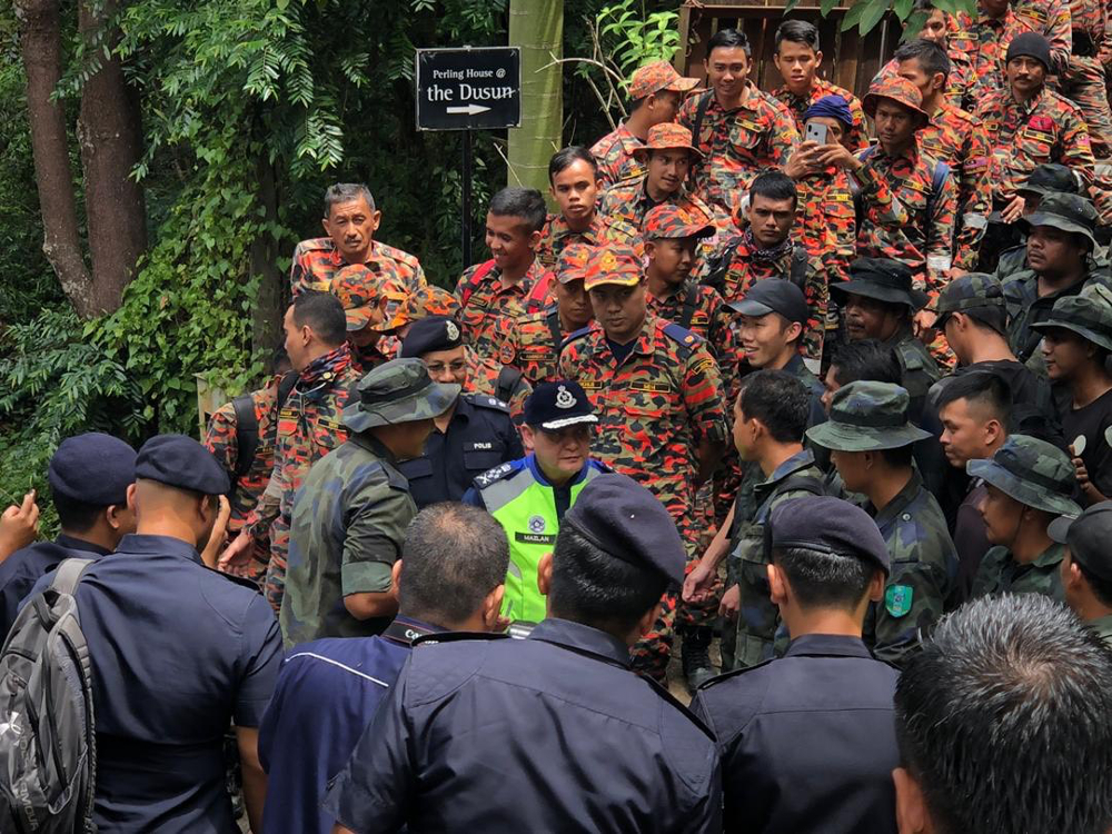 Deputy Inspector-General of Police Datuk Mazlan Mansor meets the search and rescue team to give a morale boost for working on Hari Raya Haji August 11, 2019. — Picture courtesy of Royal Malaysian Police