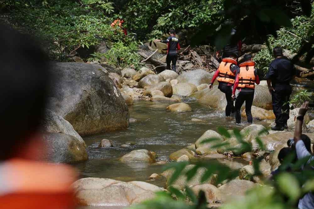 Fire and Rescue Department personnel launch their search for missing Irish teenager Nora Anne Quoirin near the river at The Dusun in Negri Sembilan August 7, 2019. ― Picture by Ahmad Zamzahuri