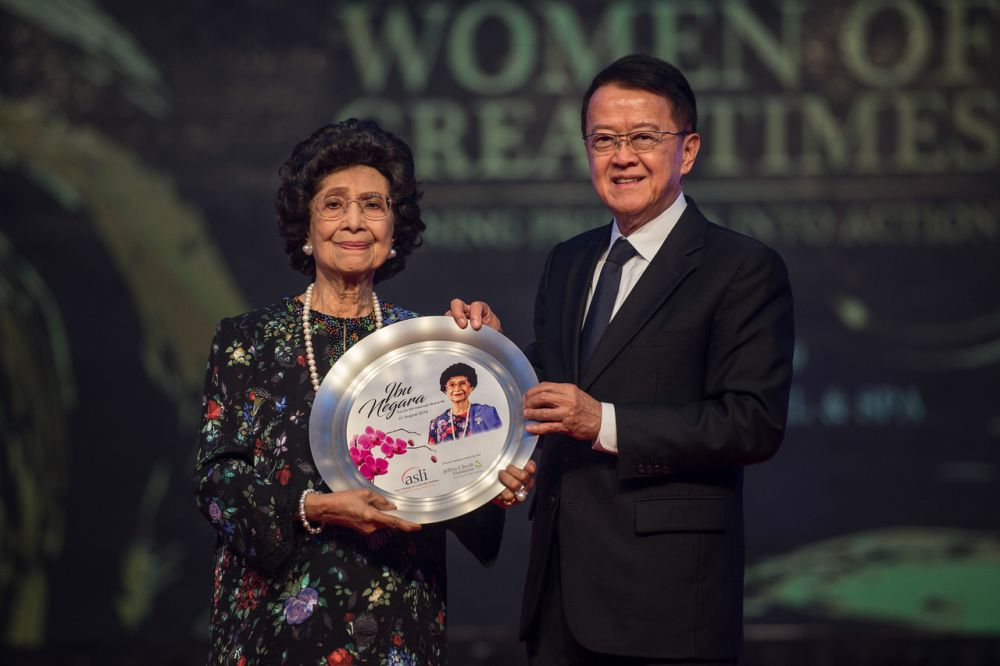 Tun Dr Siti Hasmah Mohd Ali receives a token appreciation from Asian Strategy and Leadership Institute chairman Tan Sri Dr Jeffrey Cheah during the National Women's Day Gala Dinner in Petaling Jaya August 21, 2019. — Bernama pic