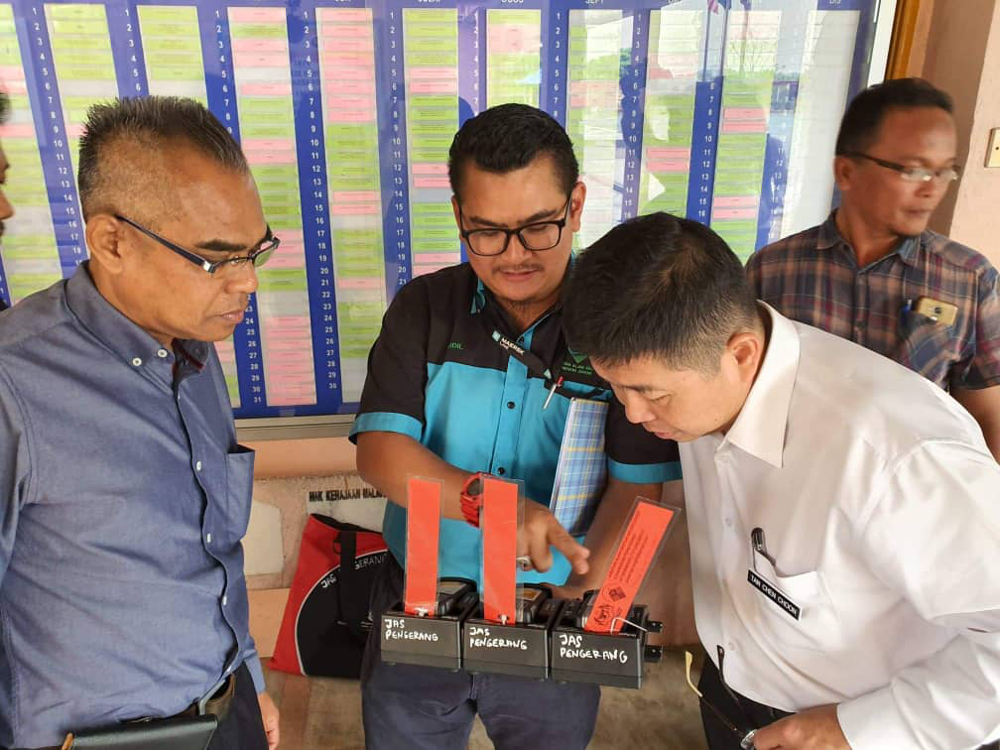 Johor Local Government, Urban Wellbeing and Environment Committee chairman Tan Chen Choon (in white) inspecting air parameters from an air quality detection device during his visit to SK Taman Pasir Putih August 28, 2019. — Picture courtesy of Tan Chen Choon's exco office