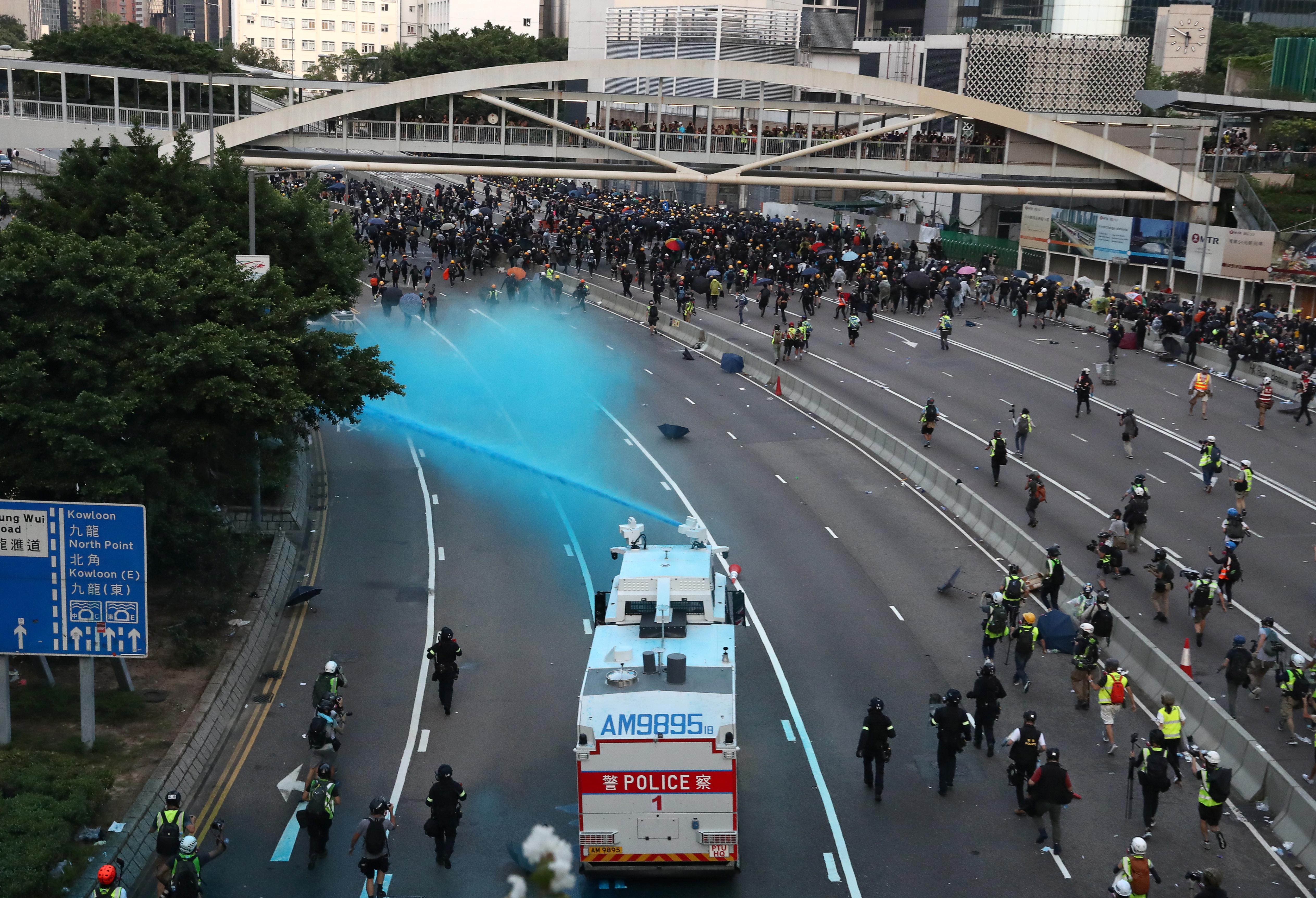 政府总部内有一辆水炮车向群众发射水柱,也不时使用蓝色水。-路透社-