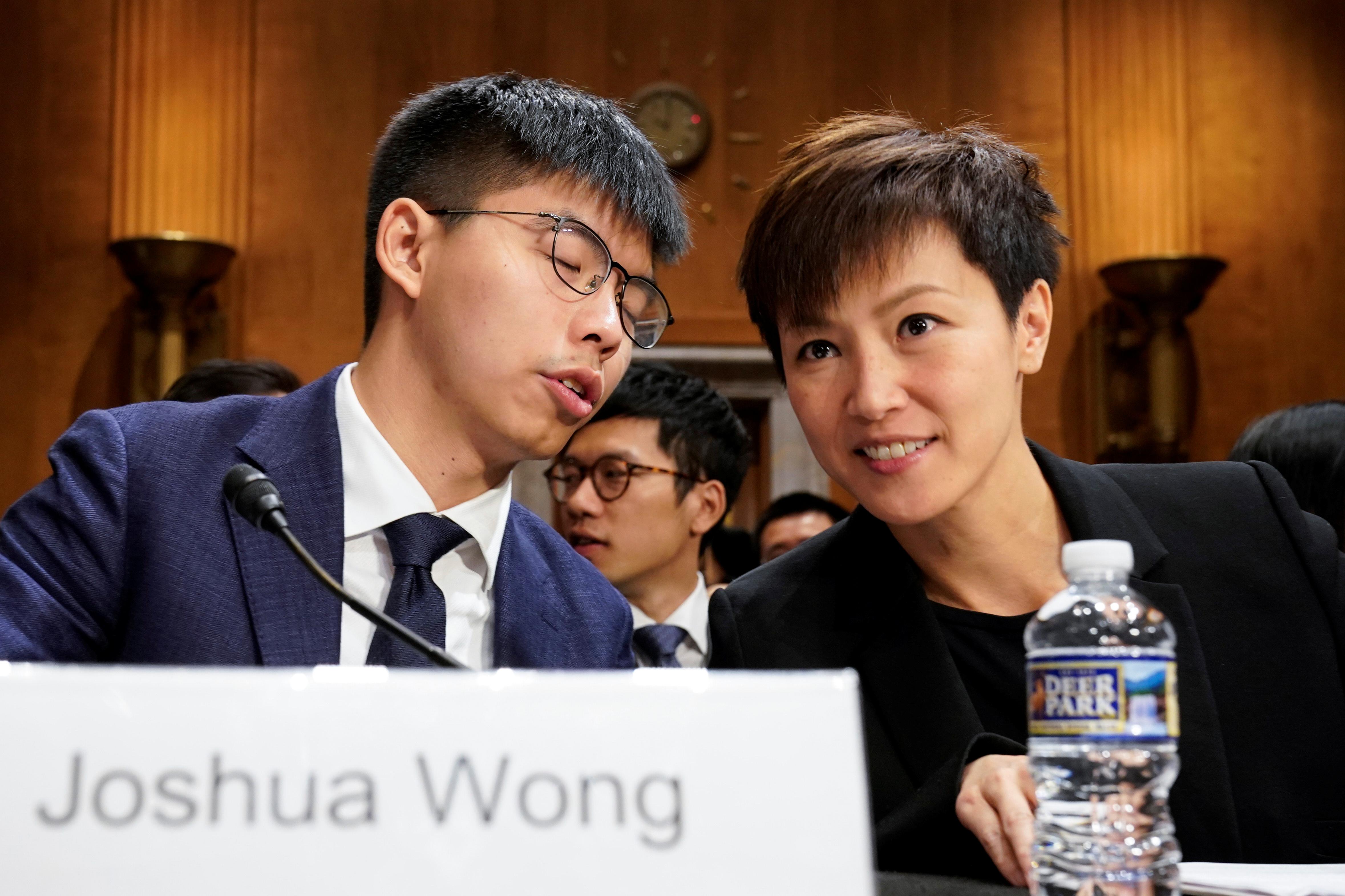 黄之锋(左)和歌手何韵诗(右)出席美国国会及行政部门中国问题委员会举办听证会,呼吁通过香港人权及民主法案。-路透社-