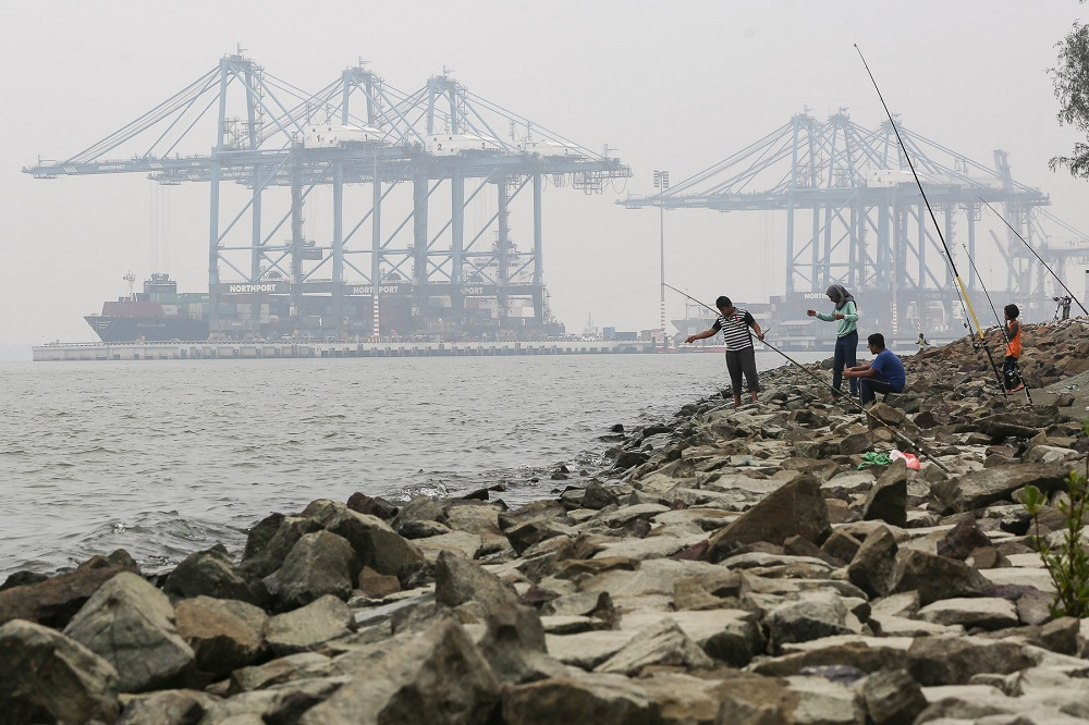 People fish on a hazy day in Nortport Klang September 9, 2019. — Picture by Yusof Mat Isa