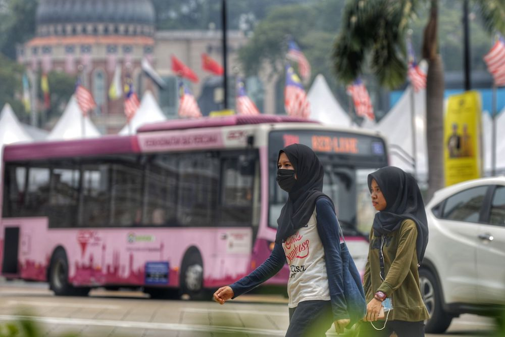 People wear masks as haze blankets Kuala Lumpur September 12, 2019. — Picture by Ahmad Zamzahuri