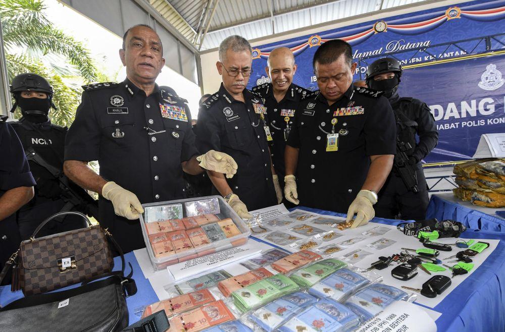 Datuk Mohd Khalil Kader Mohd holds up cash seized in a recent drug bust at the Kelantan Contingent Police Headquarters in Kota Bharu September 10, 2019. ― Bernama pic