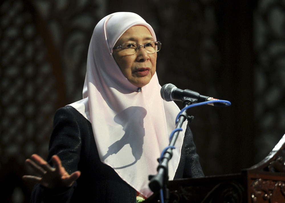 Deputy Prime Minister Datuk Seri Dr Wan Azizah Ismail said that the government would do whatever was best so that solidarity between the Malaysian people became stronger. — Bernama pic