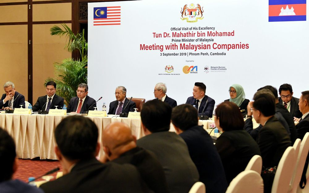 Prime Minister Tun Dr Mahathir Mohamad (fourth left) attend a dialogue with Malaysian businessmen and investors, involving 28 Malaysian companies operating in Cambodia, in Phnom Penh, Sept 3, 2019. — Bernama pic