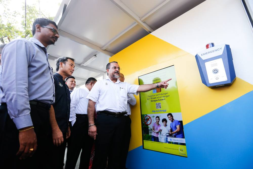 Penang State Exco Jagdeep Singh Deo (right) with the Mayor of MBPP Datuk Yew Tung Seang (centre) officiate the pioneer project of the Smart Bus Stop at Sungai Dua September 5, 2019. ― Picture by Sayuti Zainudin