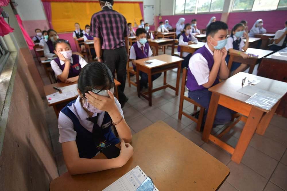 Students sit for their UPSR examination despite the thick haze blowing across Sarawak. ― Bernama pic