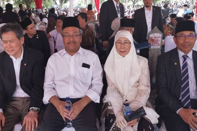 Datuk Seri Dr Wan Azizah Wan Ismail (second right) at former Indonesian president BJ Habibie's funeral at the Kalibata Heroes Cemetery in Jakarta. ― Picture via Twitter/bernamadotcom