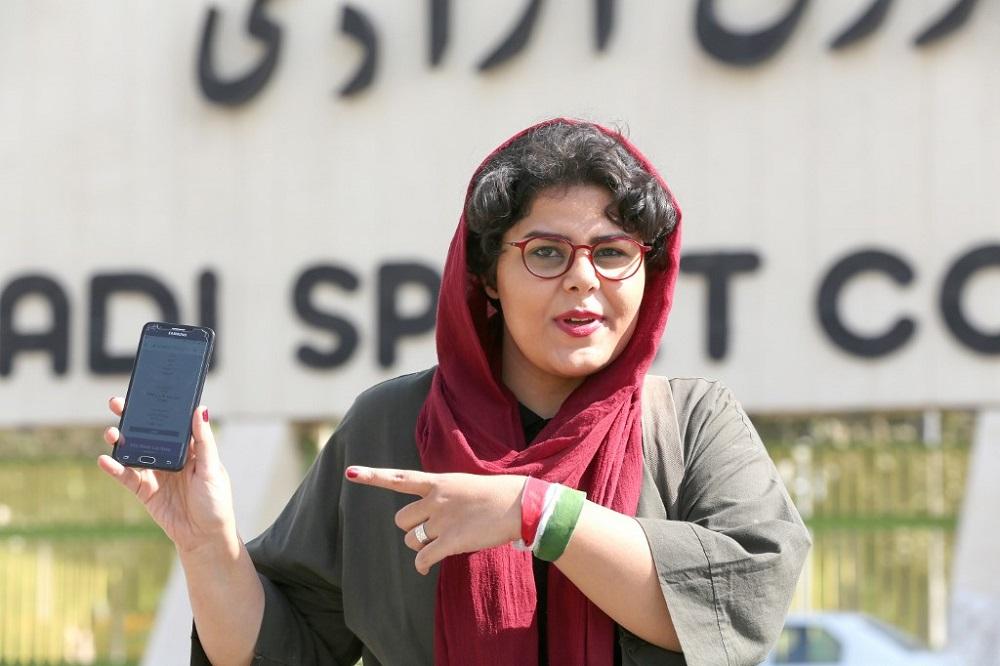 伊朗女性体育记者拉哈(Raha Pourbakhsh)用手机屏幕显示2022年世杯亚洲区外围赛伊朗对阵柬埔寨的电子门票。 -法新社-