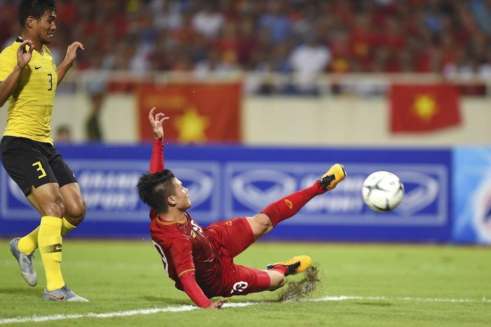 前锋阮光海(右)主场进球成越南大功臣。 — AFP pic