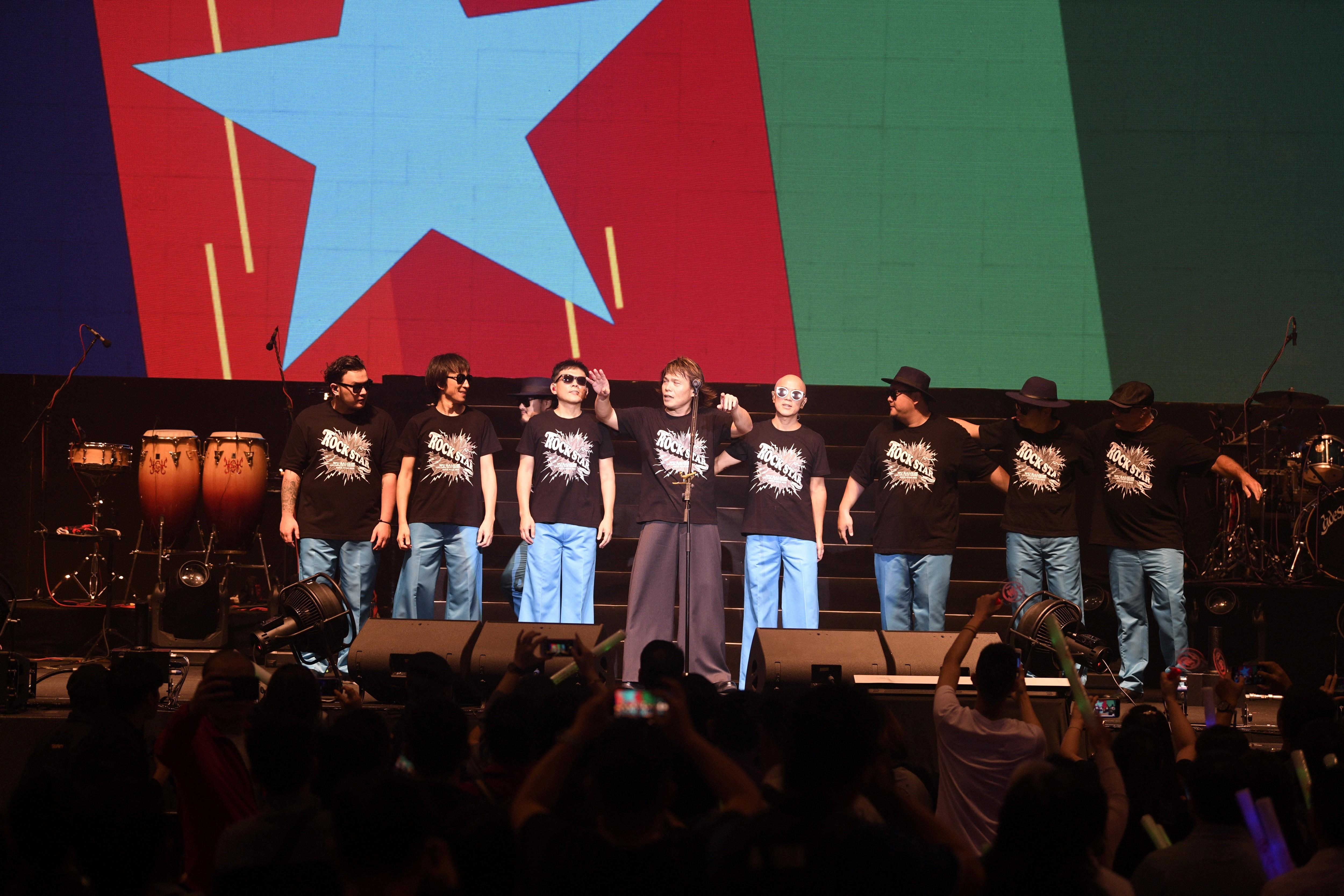 伍佰和China Blue在唱完两首安可曲后鞠躬谢歌迷。-RW Genting提供-