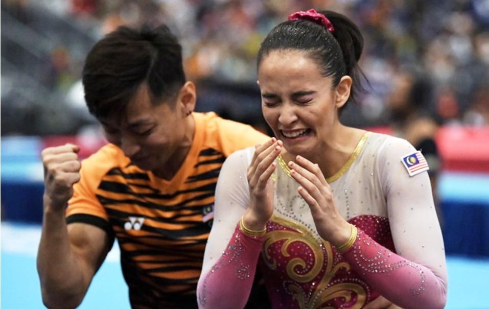 2017年吉隆坡东运会,法拉安在确认自己拿下自由体操金牌后喜极而泣,教练黄书威则比出胜利手势。-马新社-