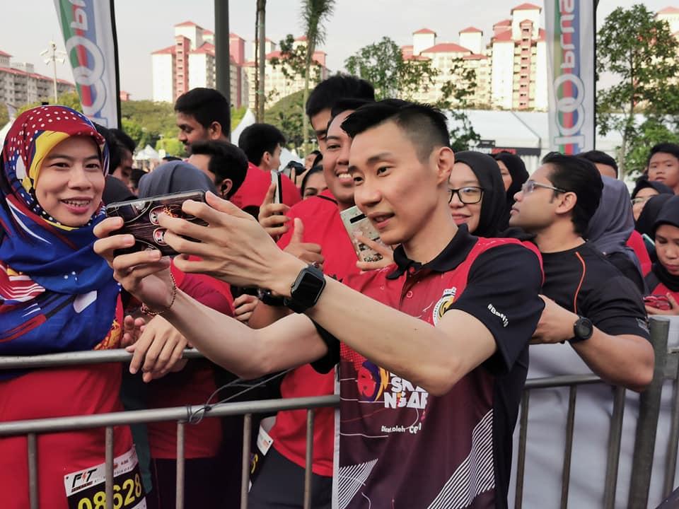 李宗伟出席大马运动月活动和球迷自拍。-摘自李宗伟脸书-