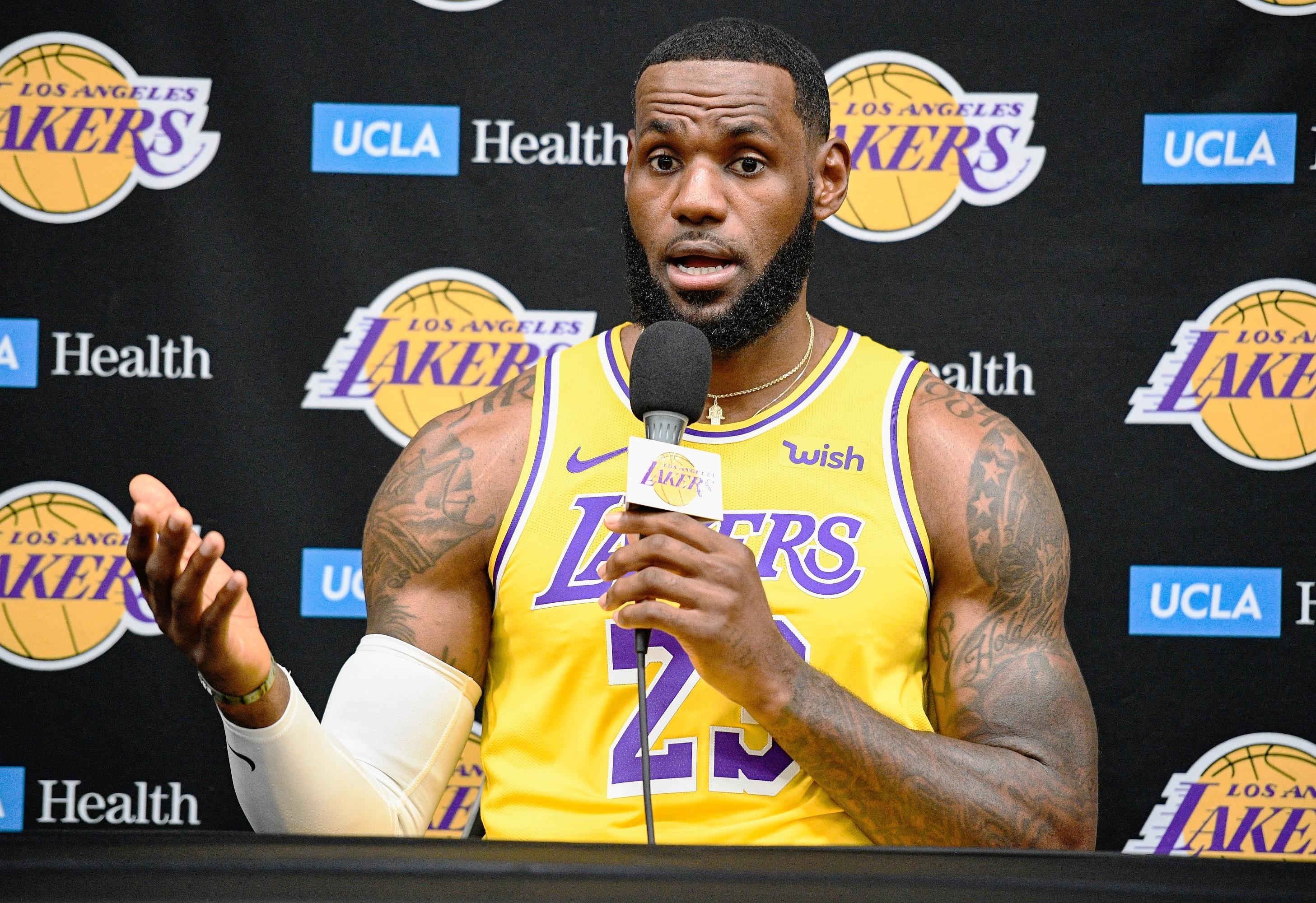 "NBA湖人球星""小皇帝""詹姆斯因为说莫雷""没做功课""发推文的评论,将自己推上风口浪尖,遭美媒和网民""围剿""。-路透社-"