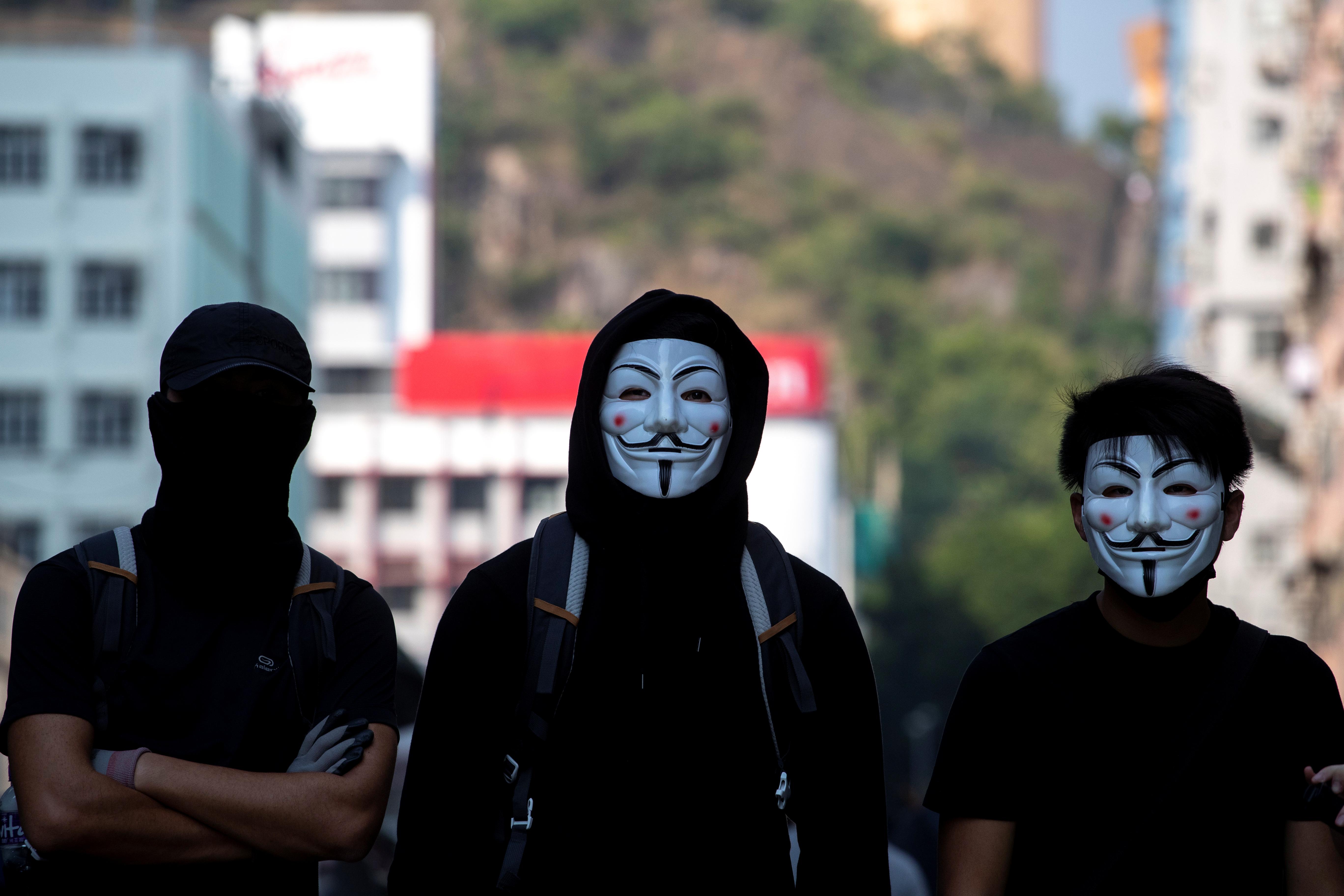 由于不少示威者戴上口罩、头盔、面具、安全帽上街,样貌难以辨认,有意见认为香港应该就《禁蒙面法》进行立法。-路透社-