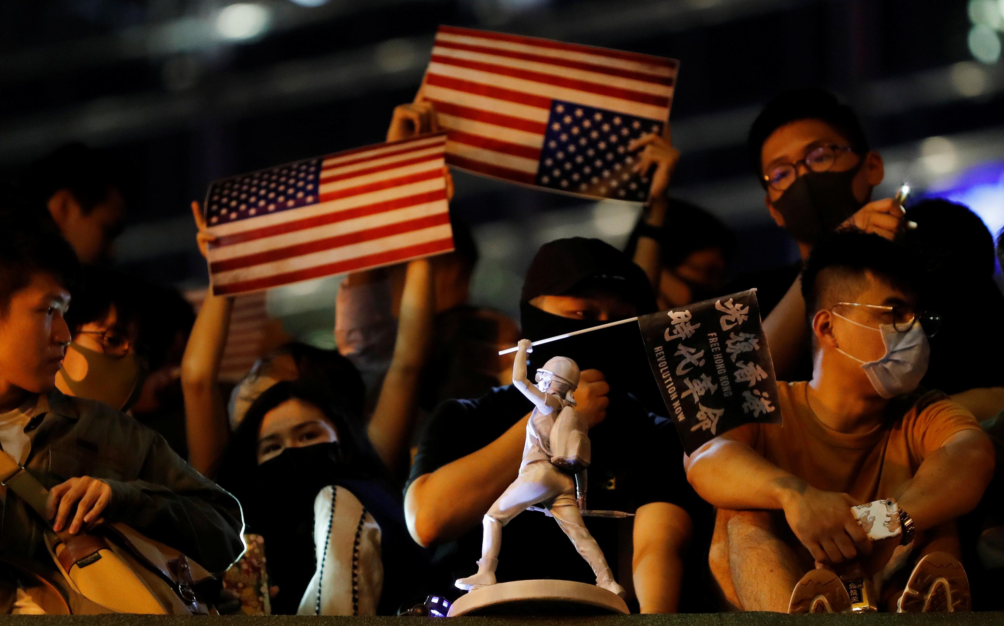 数万香港市民周一晚在遮打花园集会,再次呼吁美国国会通过《香港人权与民主法案》。-路透社-