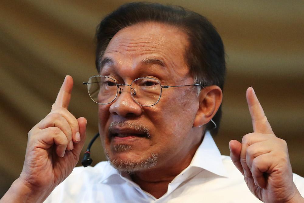Datuk Seri Anwar Ibrahim addresses Uitm students in Shah Alam October 3, 2019. — Picture by Yusof Mat Isa