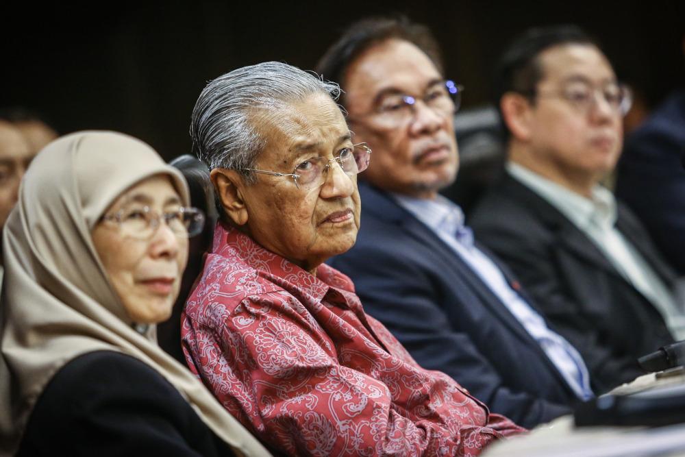 Datuk Seri Dr Wan Azizah Wan Ismail, Tun Dr Mahathir Mohamad, Datuk Seri Anwar Ibrahim and Lim Guan Eng during a press conference with Pakatan Harapan and Warisan MPs in Shah Alam October 6, 2019. — Picture by Hari Anggara
