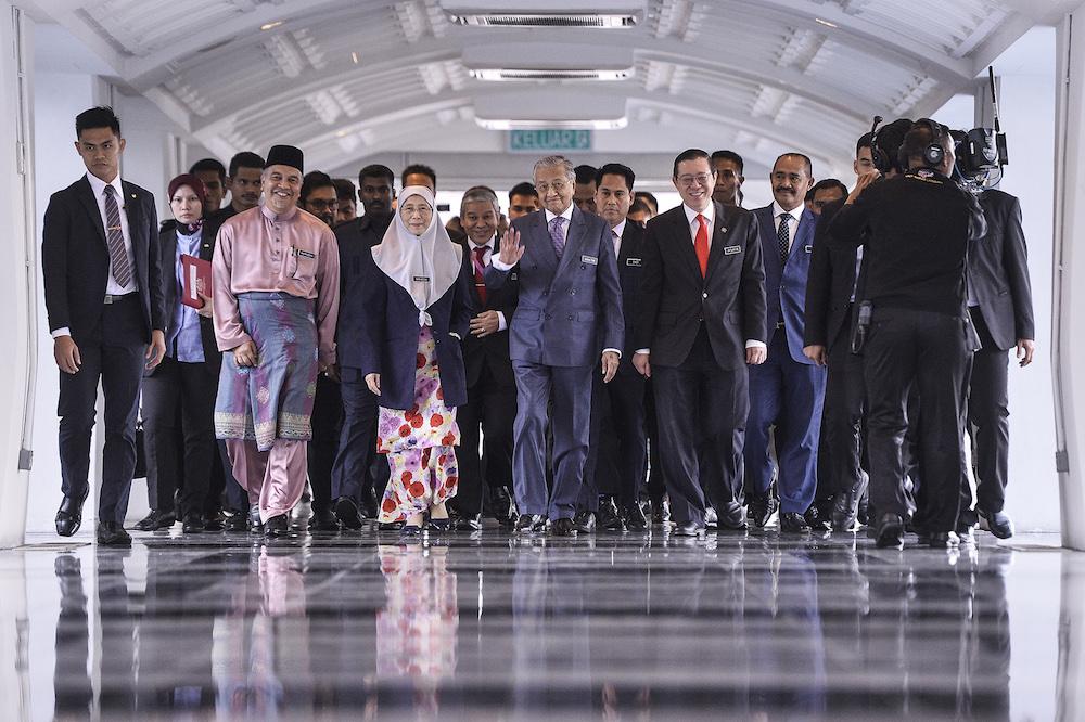 首相敦马哈迪(中)、副首相拿督斯里旺阿兹莎和财政部长林冠英抵达国会准备提呈希盟执政后的第二份财政预算案。 -Miera Zulyana摄-