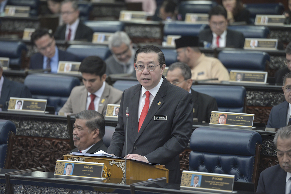 林冠英周五在国会下议院提呈2020年财政预算案时说,政府无意恢复GST。-Shafwan Zaidon摄-