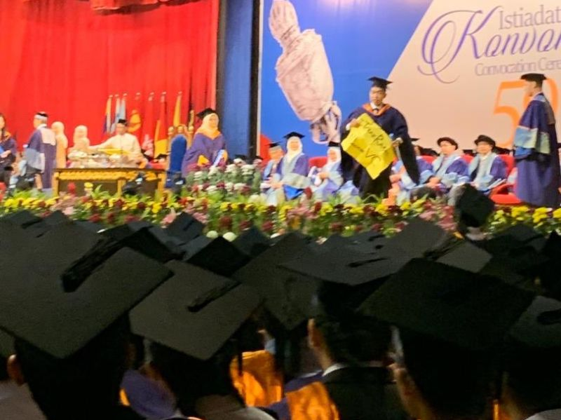 Universiti Malaya graduate Wong Yan Ke was reported to have carried a placard to the stage during UM's convocation ceremony while receiving his bachelor's degree. ― Picture via Twitter/ Mesin Taip Buruk