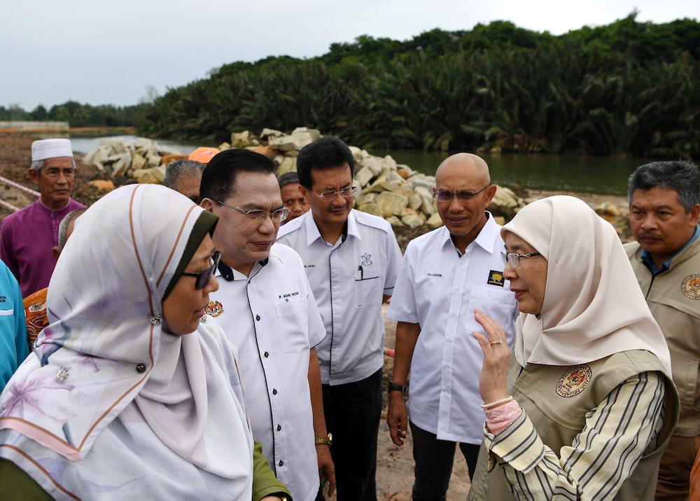 Deputy Prime Minister Datuk Seri Dr Wan Azizah Wan Ismail with Pahang Irrigation and Drainage Department Director Mohd Noor Bidin at the Sungai Belat RTB project in Kuantan October 28, 2019. — Bernama pic