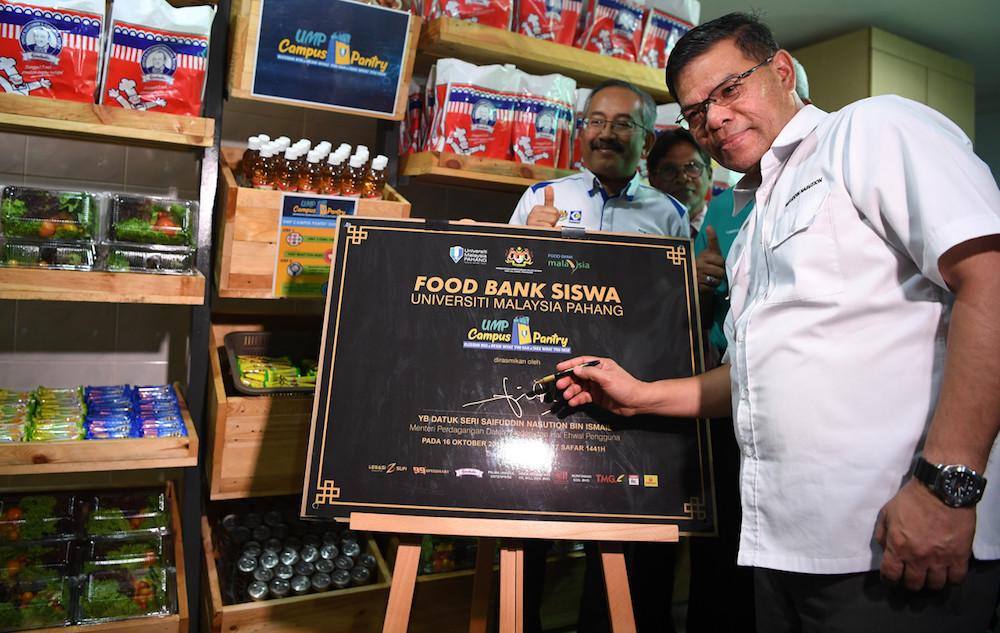 Domestic Trade and Consumer Affairs Minister Datuk Seri Saifuddin Nasution Ismail officiates Universiti Malaysia Pahang's Food Bank Siswa programme in Kuantan October 16, 2019. — Bernama pic
