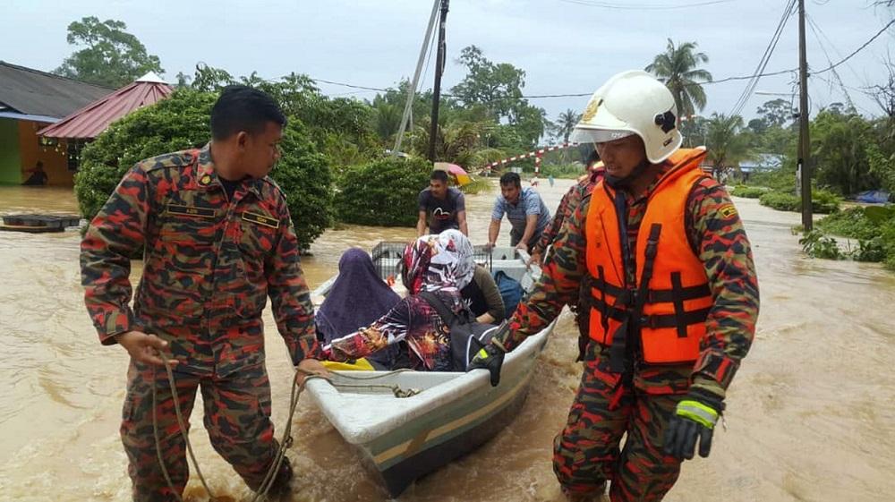 Fire and rescue personnel assist flood victims in Kampung Maju Jaya, Johor Baru October 22, 2019. — Bernama pic