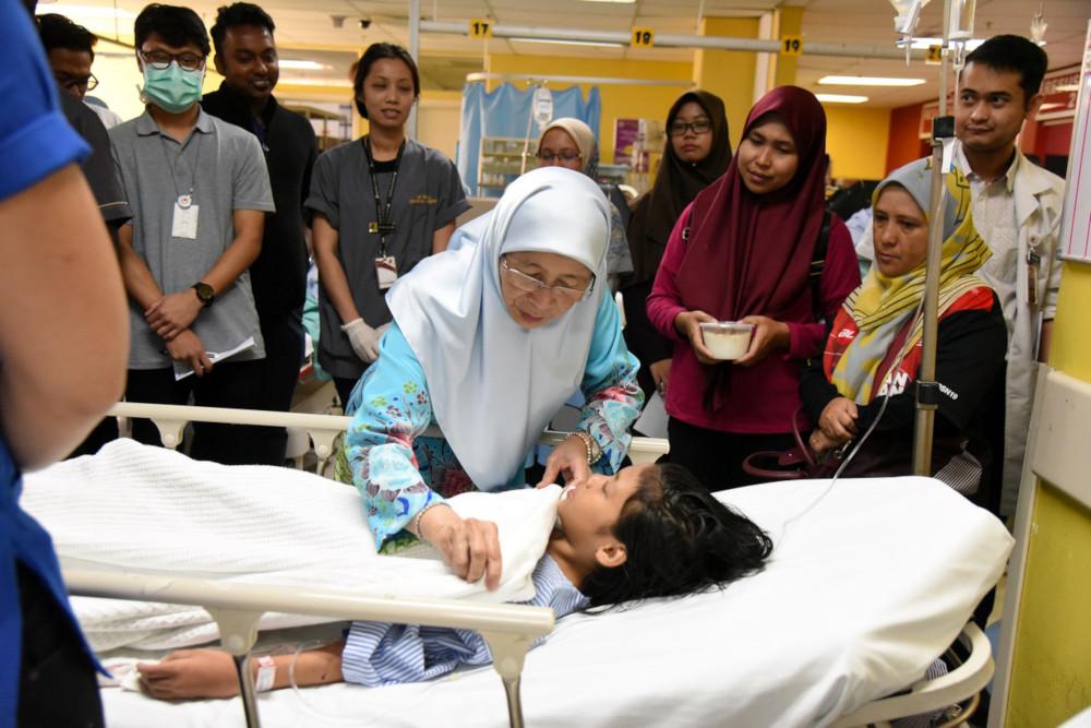 Deputy Prime Minister Datuk Seri Dr Wan Azizah Wan Ismail visits one of the victims at the Putrajaya Hospital October 12, 2019. — Bernama pic