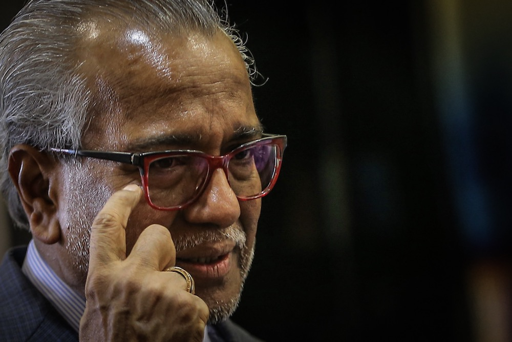 Lawyer Tan Sri Muhammad Shafee Abdullah explains to reporters his client Datuk Seri Najib Razak's eye condition at the Kuala Lumpur High Court October 31, 2019. — Picture by Hari Anggara