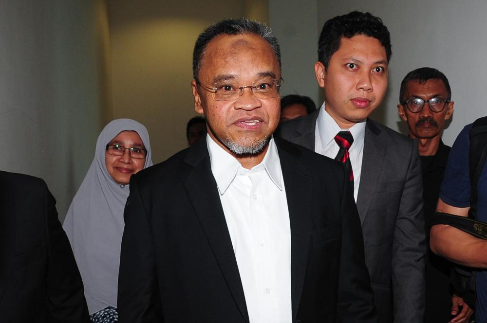 Former PAS deputy president Datuk Nasharudin Mat Isa (centre) arrives at the Sessions Court in Shah Alam October 22, 2019. ― Picture by Yusof Mat Isa