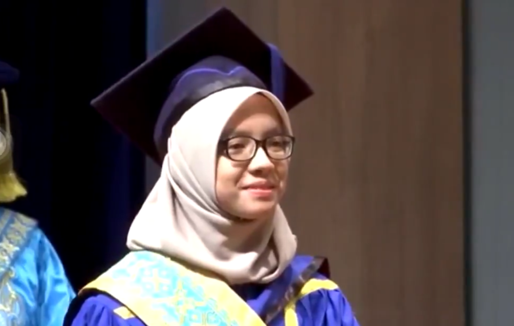 Nur Athirah Rushami Zien graduated with an overall score of 3.99 from Universiti Utara Malaysia. — Picture via Twitter/Are_Fieqq